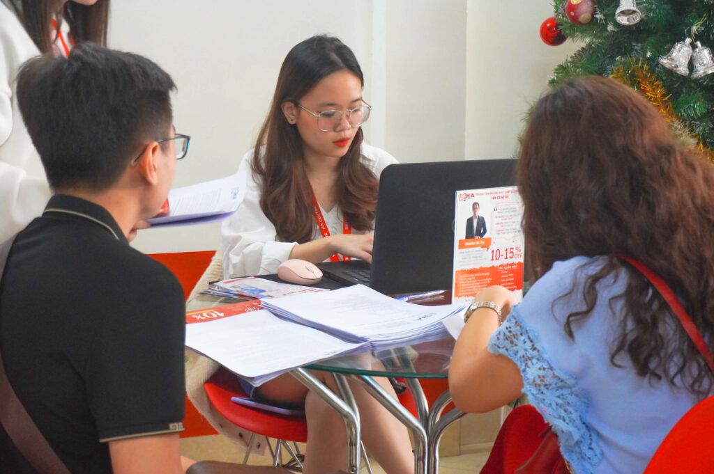 Học viên tới đăng kí học tại HA Centre